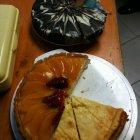 Köstlicher Kuchen vom Flohmarktbuffet