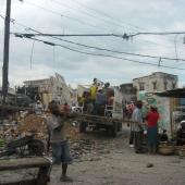 Die Bevölkerung Haitis arbeitet mit allen Mitteln an der Beseitigung der Schäden