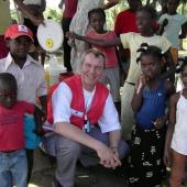 Herbert Wieser mit Kindern in Leogane